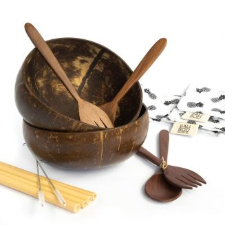 The Bali Boo Coconut Bowls DUO Set includes 2 coconut bowls, 2 cutlery sets with a wooden fork and a wooden spoon, 4 bamboo straws, 2 cleaning brushes, and 2 cotton pouches. Such a perfect set!