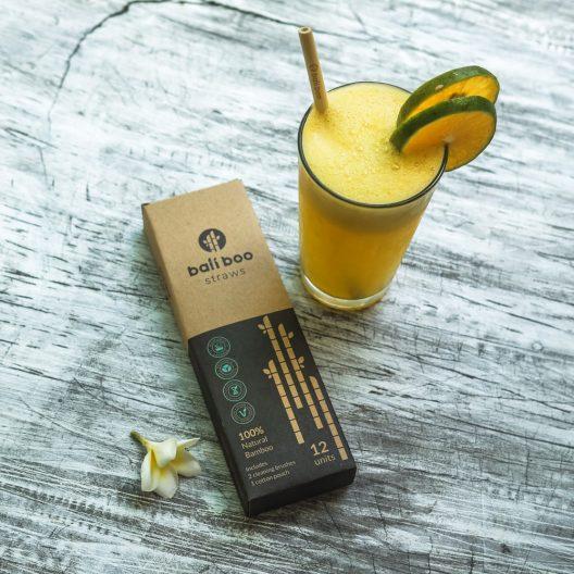 pajitas de bambú con zumo de naranja